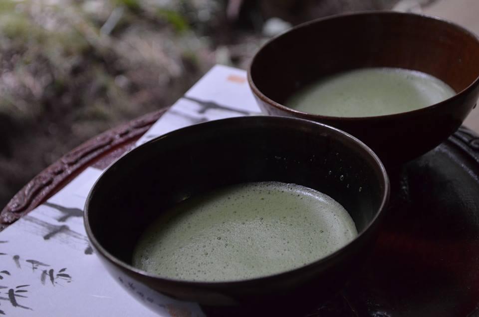 抹茶を飲む